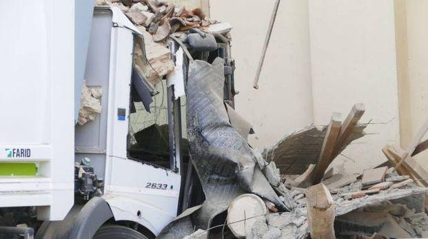 Carmignano, camion della nettezza abbatte la colonna della chiesa (foto Attalmi)