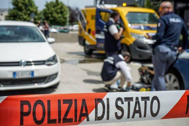 I rilievi della polizia (foto De Marco)