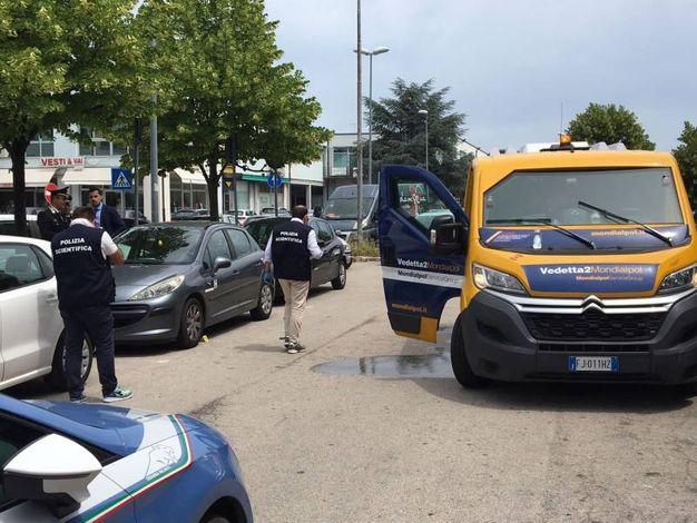 Tre individui armati hanno sparato colpi di kalashnikov e pistola contro il furgone