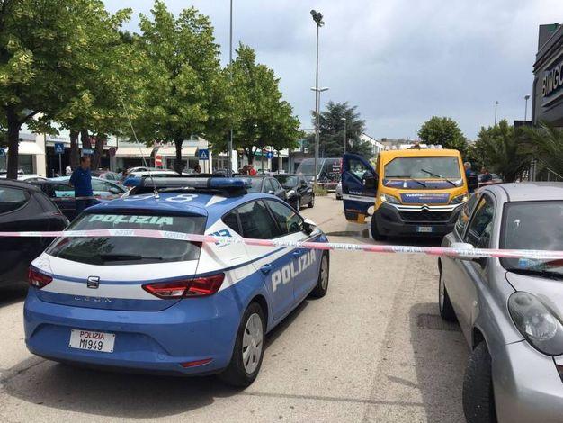 Dalla Jeep sono scesi tre banditi armati di kalashnikov e pistola, che hanno esploso colpi contro il furgone