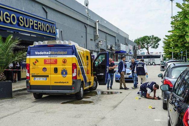 Il furgone assaltato (foto De Marco)