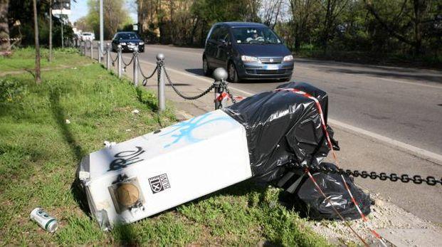 Nell'immagine d'archivio, un dispositivo photored abbattuto da una macchina