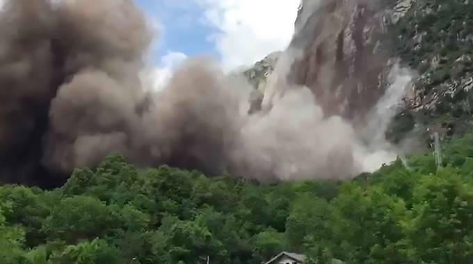 Il polverone sollevato da 7.500 metri cubi di roccia precipitati sei giorni fa senza fare vittime né feriti