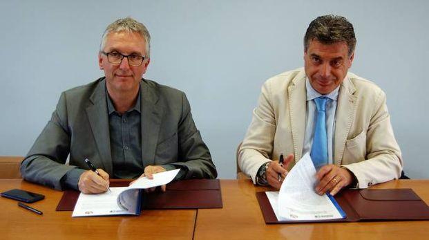 Il sindaco Seri e il presidente Ceriscioli mentre firmano il protocollo