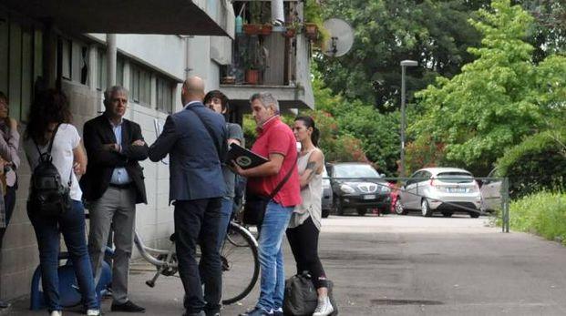 L'ufficiale giudiziario e le assistenti sociali a colloquio in via Nenni