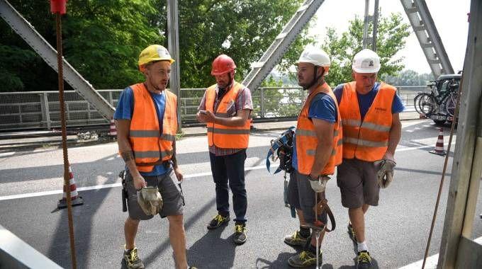 Operai al lavoro sul ponte