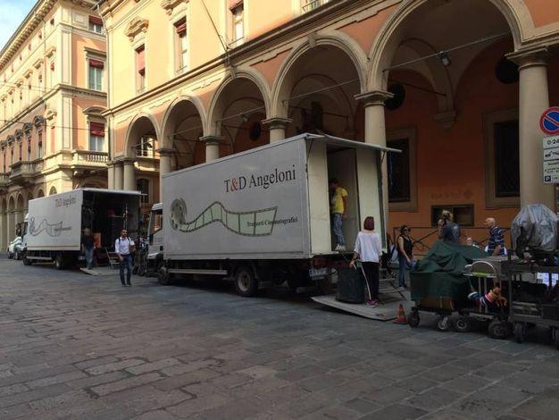 Dopo le riprese in Bolognina, ora si gira anche in centro (foto Zanini)