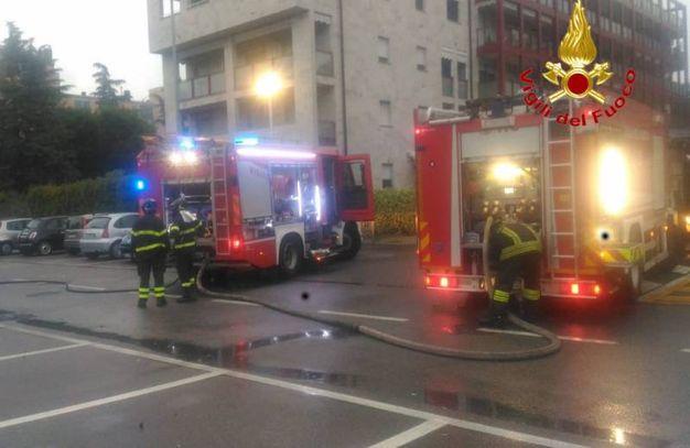Settimo Milanese, auto incendiate: vigili del fuoco al lavoro
