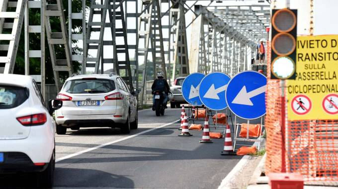 Oggi e domani transito senza problemi sul ponte, poi da lunedì lo stop definitivo (foto Businesspress)