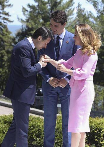 Giuseppe Conte accolto dal premier canadese Justin Trudeau e dalla moglie Sophie (Ansa)