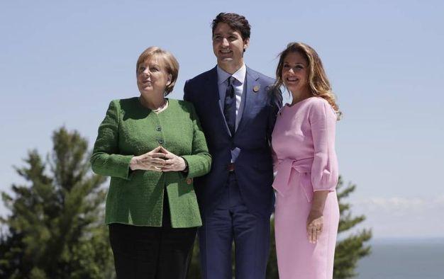 Il primo ministro canadese Justin Trudeau e la moglie Sophie accolgono gli ospiti. Qui Angela Merkel (Ansa)