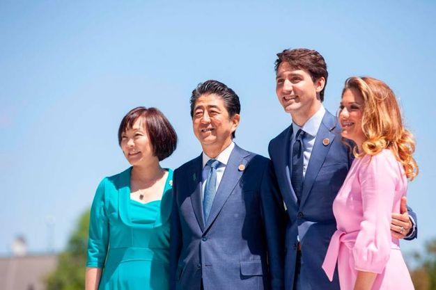Il premier giapponese Shinzo Abe con la moglie Akie (LaPresse)