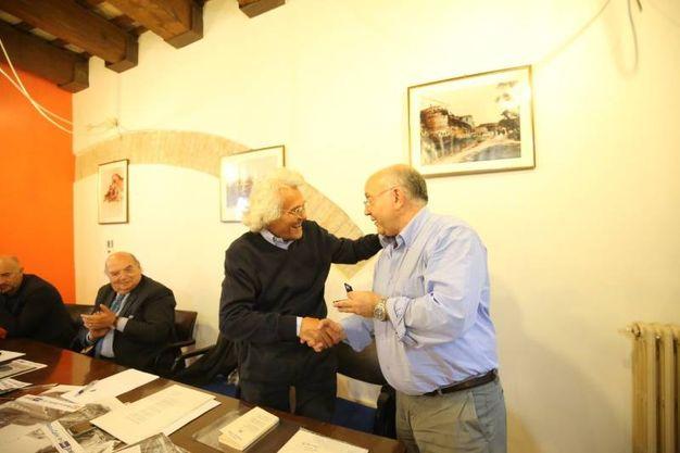 Il riconoscimento al poeta Gianni D'Elia consegnato da Luigi Luminati (Fotoprint)