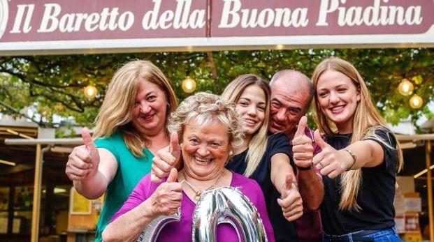 Ilde Urbinati  con i figli Nicoletta  e Gianluca e le nipoti Federica e Francesca, quarta generazione ai fornelli dello storico baretto di Covignano