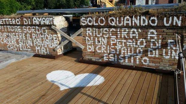 La scritta con cui il  misterioso vandalo ha sfregiato le storiche mura della piazzetta Pirinela
