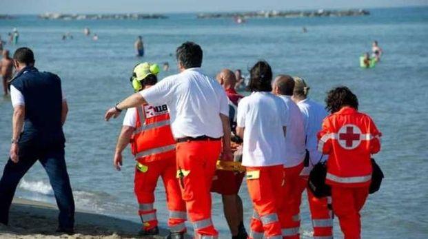 Il corpo dell'uomo è stato trovato che galleggiava davanti al bagno 127 dal bagnino di salvataggio