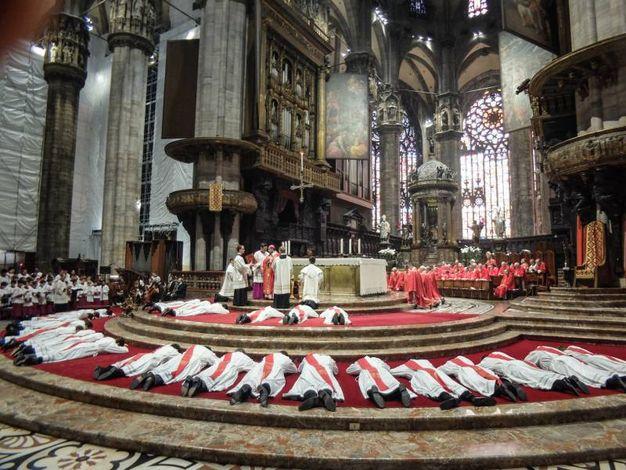 Cerimonia di ordinazione dei nuovi preti in duomo celebrata dall'arcivescovo Mario Delpini (foto Lapresse)