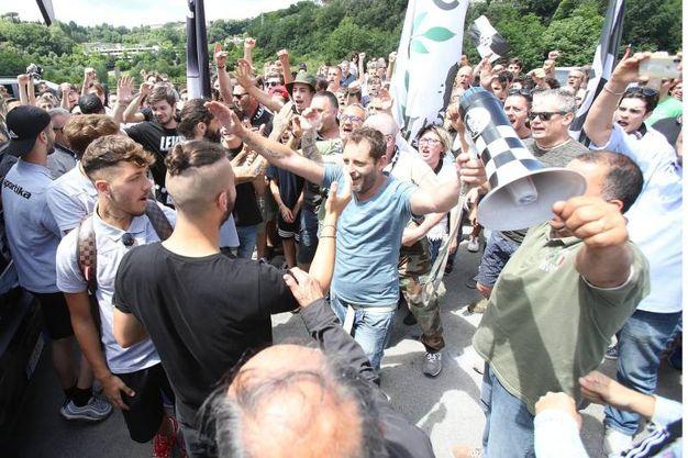 I tifosi salutano la partenza della squadra (foto Di Pietro)