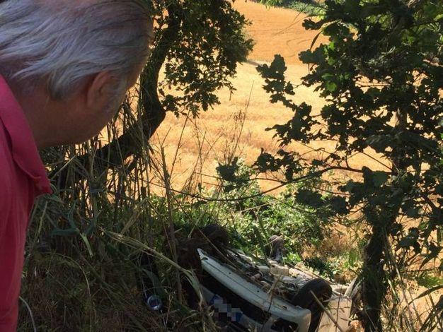 La Fiat Punto nella scarpata (foto Zeppilli)