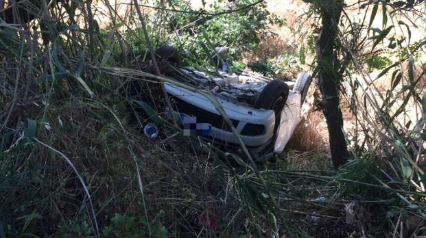 L'auto volata nella scarpata (foto Zeppilli)
