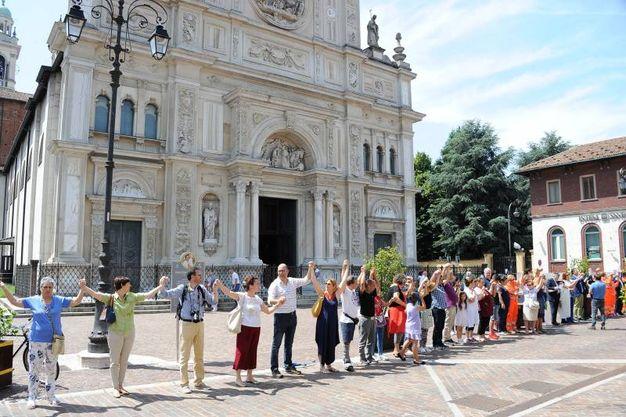 Catena umana per la pace a Magenta (Foto Roberto Garavaglia)