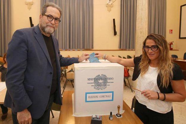 Siena, il candidato sindaco Pierluigi Piccini al voto (Ansa)
