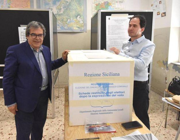 Enzo Bianco al voto (Ansa)