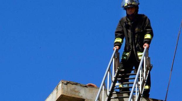 Per aiutare l'uomo a scendere sono intervenuti i pompieri (foto d'archivio)