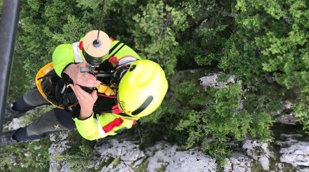Un soccorritore si cala dall'elicottero col verricello
