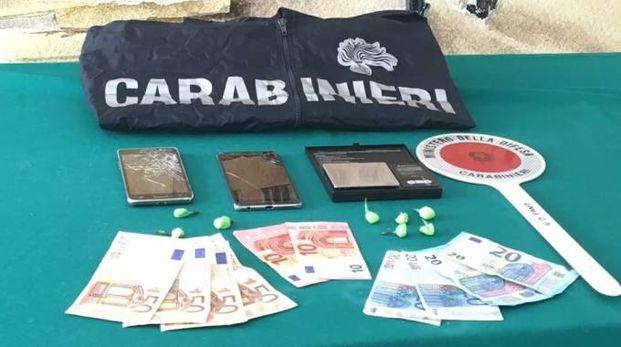 Il denaro e la droga sequestrati dai carabinieri