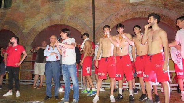 Il sindaco Fabrizio Toselli festeggia a Cento