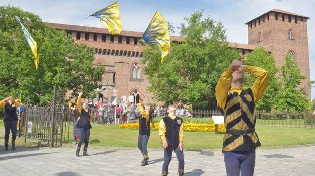 L'inizio del corteo davanti al Castello visconteo (Torres)