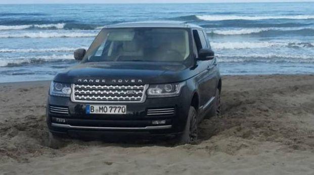Il Suv usato dagli ucraini bloccata sulla spiaggia a Forte dei Marmi