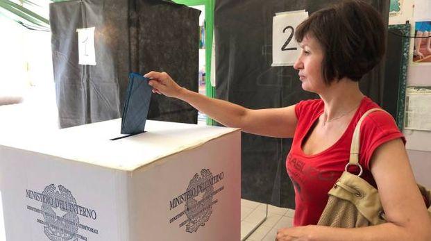 Elettrice a un seggio a Terni