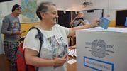La sindaca uscente Valeria  Mancinelli vota al seggio delle scuole Pascoli ad Ancona (foto Ansa)