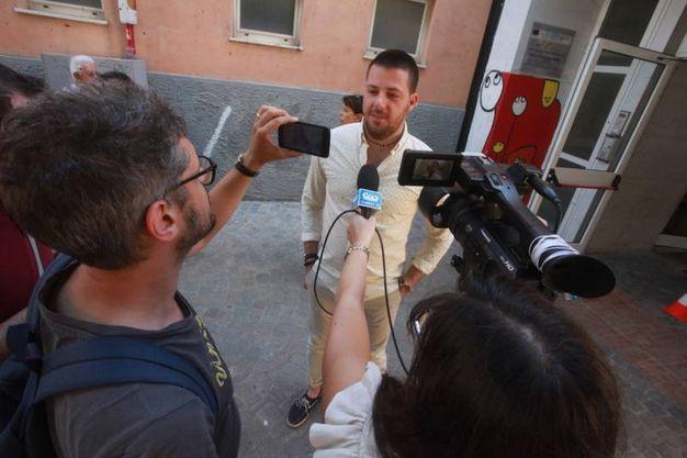 L'intervista all'entrata del seggio del candidato sindaco Rubini (foto Antic)