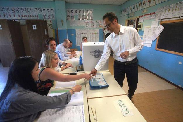 Il candidato sindaco Stefano Tombolini ha votato nel seggio presso le scuole Maggini nel capoluogo marchigiano. Tombolini è sostenuto da liste civiche e dai partii del centro destra (foto Antic)