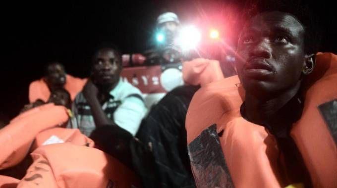 I migranti salvati dalla nave Aquarius, che non può attraccare in Italia (Ansa)