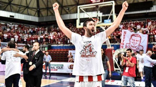Il capitano Lorenzo D'Alessandro festeggia la promozione al suono della sirena a Montecatini