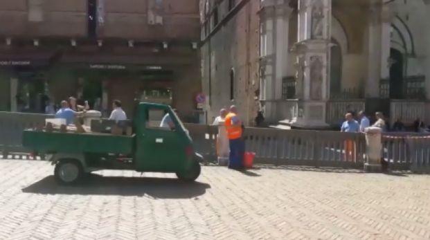 Palio, montato lo steccato in piazza del Campo a Siena
