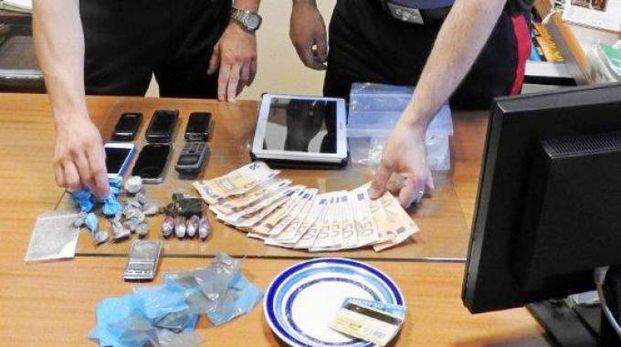 La droga e il materiale sequestrato dai carabinieri