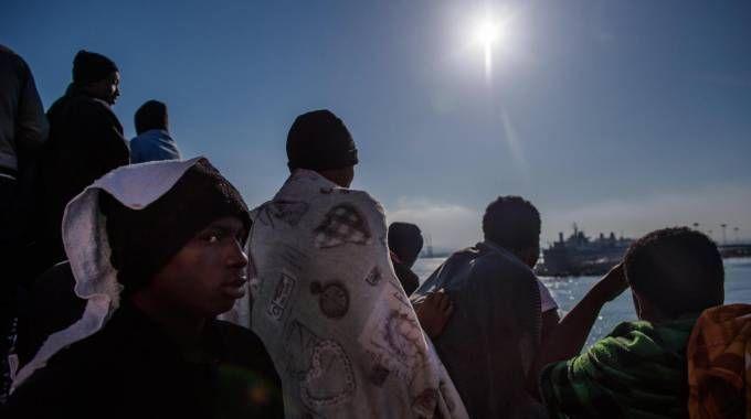 Migranti sulla nave Aquarius lo scorso 23 aprile (Ansa)
