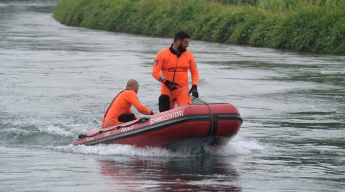 I sommozzatori scandagliano il corso del canale Muzza