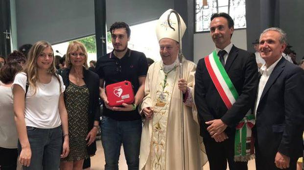 Il defibrillatore donato alla presenza del vescovo Oscar Cantoni