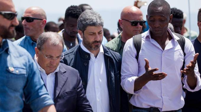 Roberto Fico nella tendopoli di San Ferdinando a Reggio Calabria (Ansa)