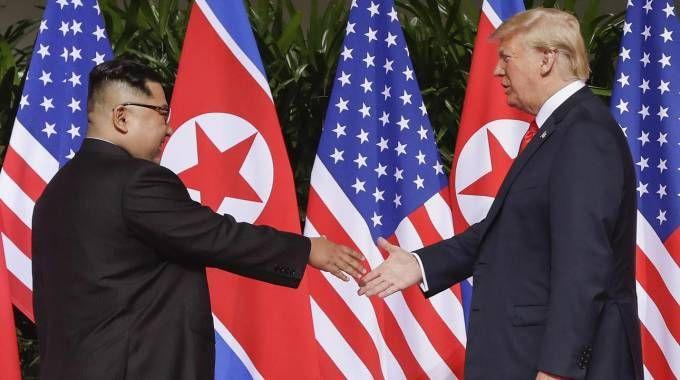 Stretta di mano tra Kim Jong-un e Donald Trump (Ansa)