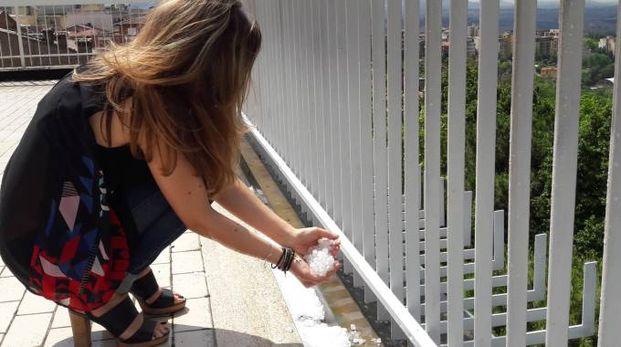 La grandine su un terrazzo