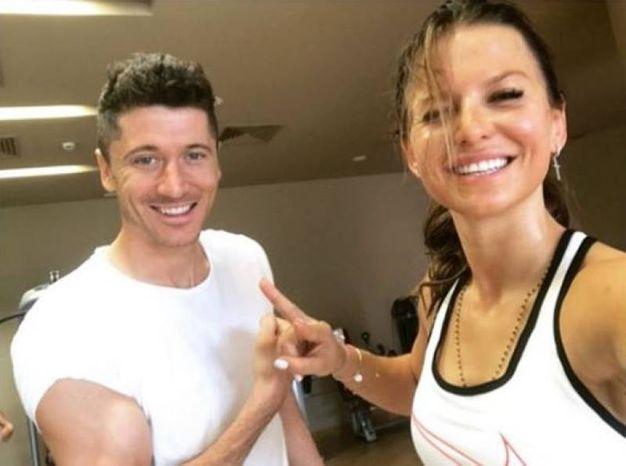 La bella Anna, personal trainer e nutrizionista, con il bomber polacco (Instagram)