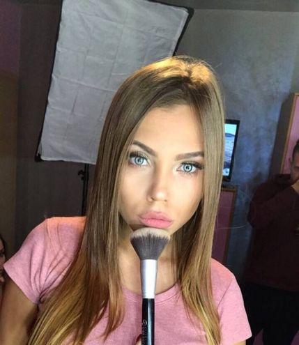 Natalija, dottoressa dopo la laurea in Medicina, in un selfie (Instagram)