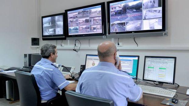 Agenti di polizia locale davanti agli schermi
